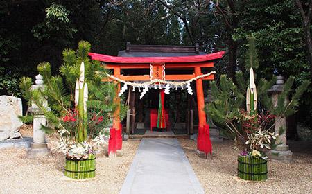 門松としめ縄のある神社の入り口