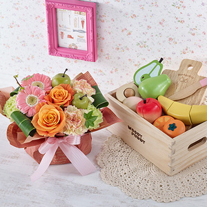 「はじめてのおままごと フルーツセット(木箱入)」とアレンジメントの商品画像